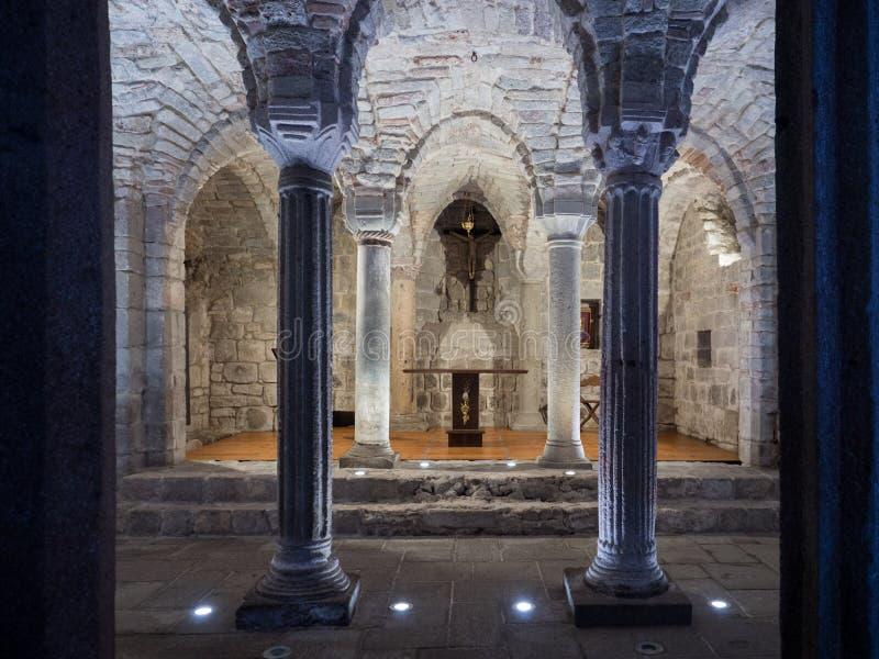 Crypte d'une abbaye m?di?vale avec les colonnes en pierre d?coup?es image stock