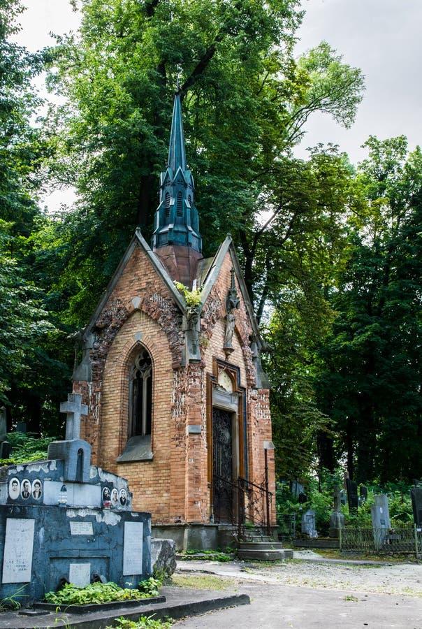 Cryptes antiques et tombes gothiques au cimetière catholique antique image libre de droits