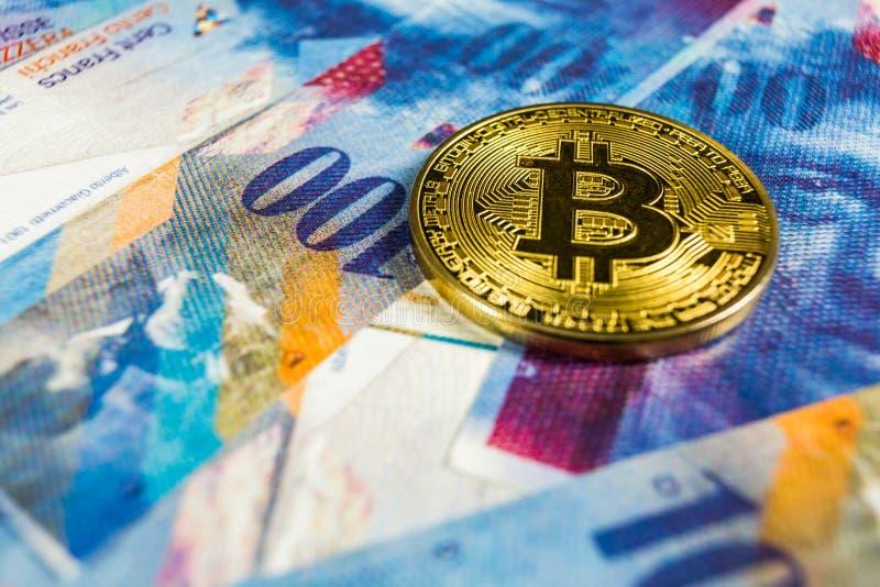 Crypto έννοια νομίσματος - ένα Bitcoin με το ελβετικό νόμισμα φράγκων, Ελβετία στοκ εικόνες