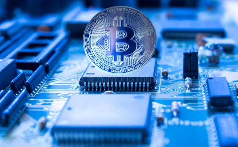 Crypto νόμισμα bitcoin στον τυπωμένο πίνακα κυκλωμάτων στοκ φωτογραφία με δικαίωμα ελεύθερης χρήσης