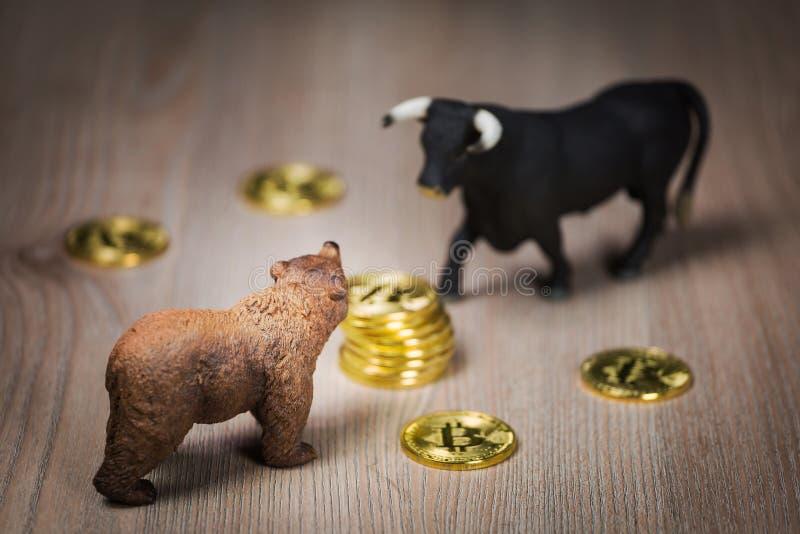 Crypto Bitcoin αντέχουν και η έννοια αγοράς ταύρων στοκ φωτογραφίες με δικαίωμα ελεύθερης χρήσης