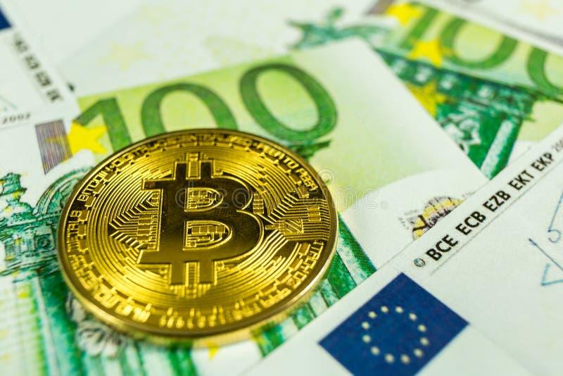 Crypto concept de devise - un bitcoin avec d'euro factures photos libres de droits