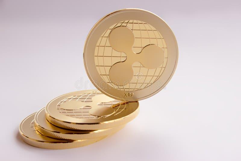 Crypto cyfrowa waluta - złociste monety pluskoczą xrp zdjęcie royalty free