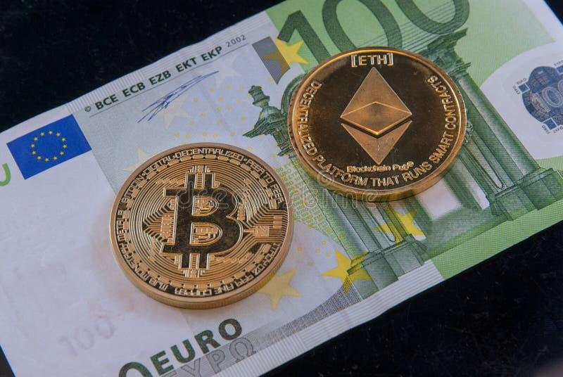 Crypto ethereum Bitcoin νομίσματα έννοιας νομίσματος και εκατό ευρο- λογαριασμός στοκ φωτογραφία με δικαίωμα ελεύθερης χρήσης