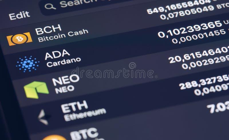 Crypto het Concept van de Muntmarkt Bankmarkt en de virtuele grafiek van de muntwaarde Statistiekenvergelijking van best-selling  stock foto