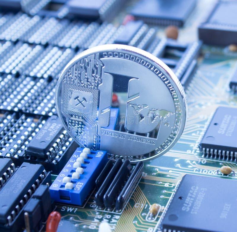 Crypto litecoin de devise sur la carte électronique photos stock