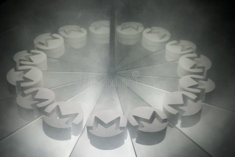 Crypto Monero σύμβολο νομίσματος στον καθρέφτη και καλυμμένος στον καπνό απεικόνιση αποθεμάτων