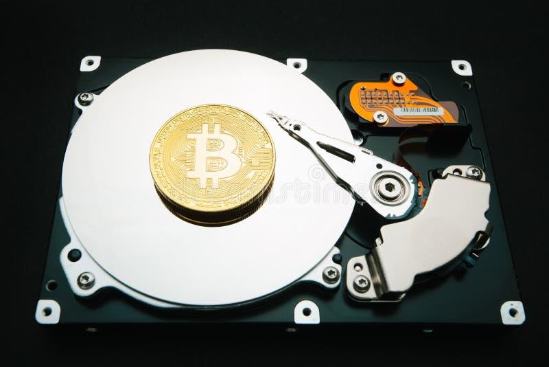Crypto munt bitcoin tegen het hardeschijfstation royalty-vrije stock afbeeldingen