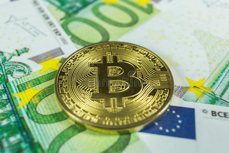 Crypto muntconcept - een bitcoin met euro rekeningen royalty-vrije stock foto's