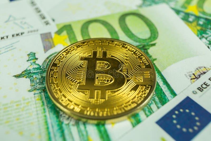 Crypto muntconcept - een bitcoin met euro rekeningen stock afbeeldingen