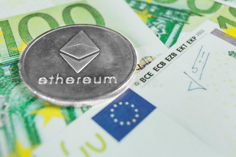 Crypto muntconcept - een Ethereum met euro rekeningen royalty-vrije stock foto's