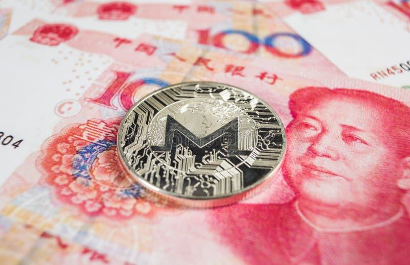 Crypto muntconcept - een Monero-muntstuk met Chinece-munt RMB, Renminbi, yuans stock foto