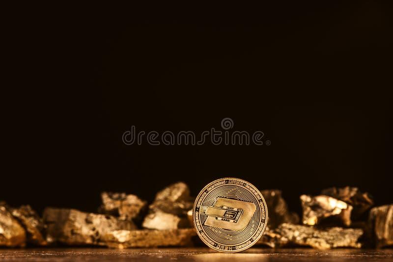 Crypto muntstreepje op de achtergrond van goudstaven royalty-vrije stock foto