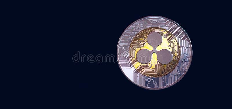 Crypto valuta för krusningscryptocurrency Försilvra krusningsmyntet med guld- krusningssymbol Cryptocurrency för krusning XRP royaltyfri bild