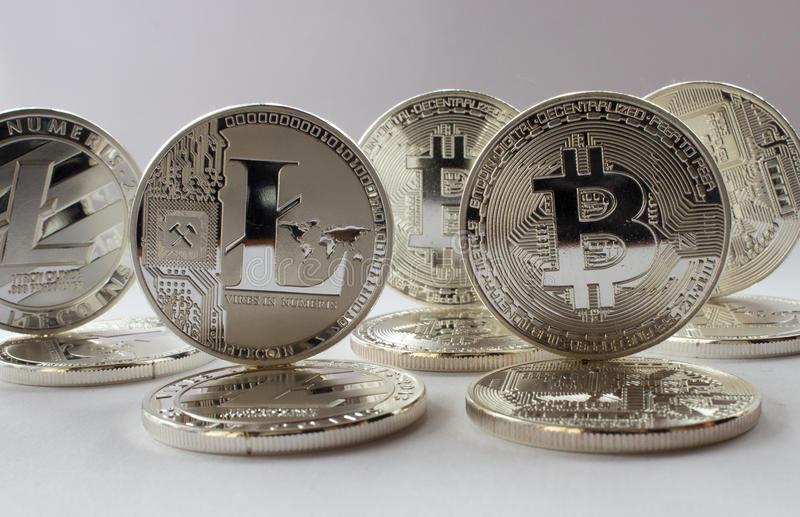 Crypto valutabitcoin och litecoin på en vit bakgrund royaltyfria foton