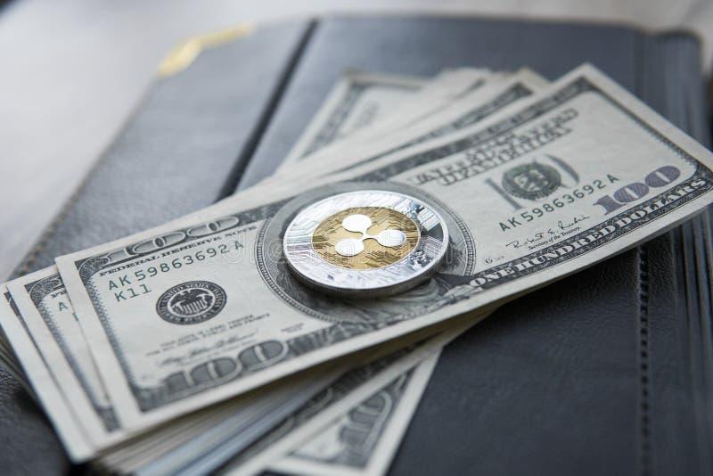 Crypto valutakrusningsxrp och på den dollarpengarbakgrund och anteckningsboken Blockchain och cybervaluta globala pengar arkivbilder