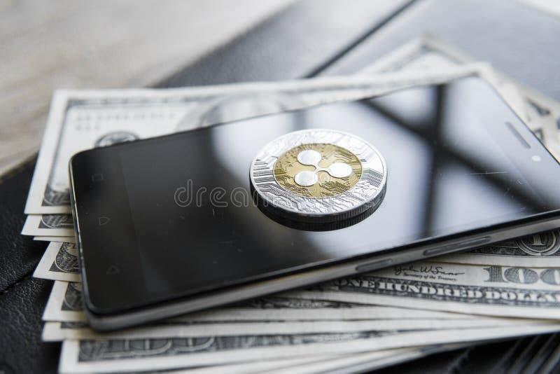 Crypto valutakrusningsxrp på smartphonen och oss dollarpengarbakgrund Blockchain och cybervaluta globala pengar fotografering för bildbyråer