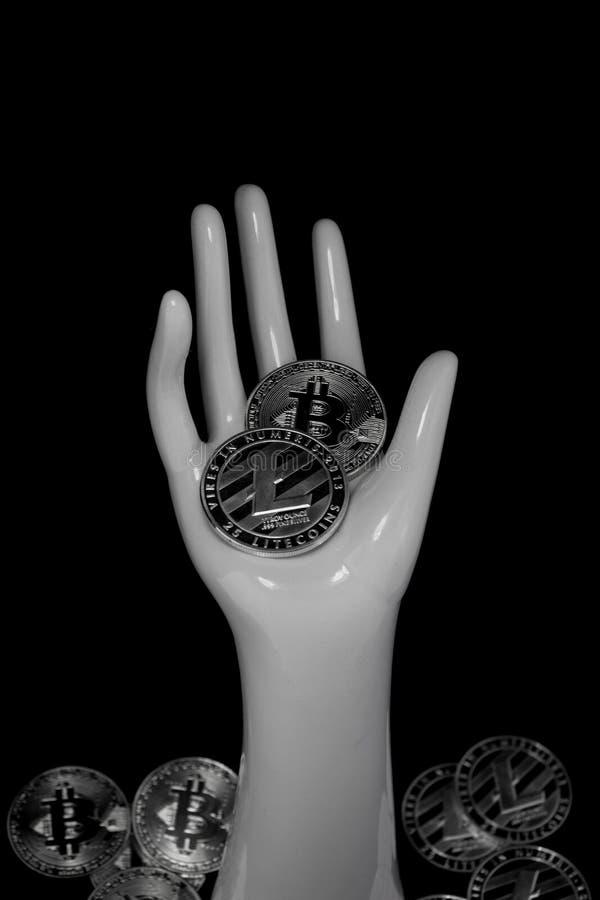 Crypto valutor i ihe gömma i handflatan av handen på en svart bakgrund royaltyfria bilder