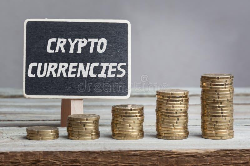 Crypto valutor med buntar för pengartillväxt royaltyfri fotografi