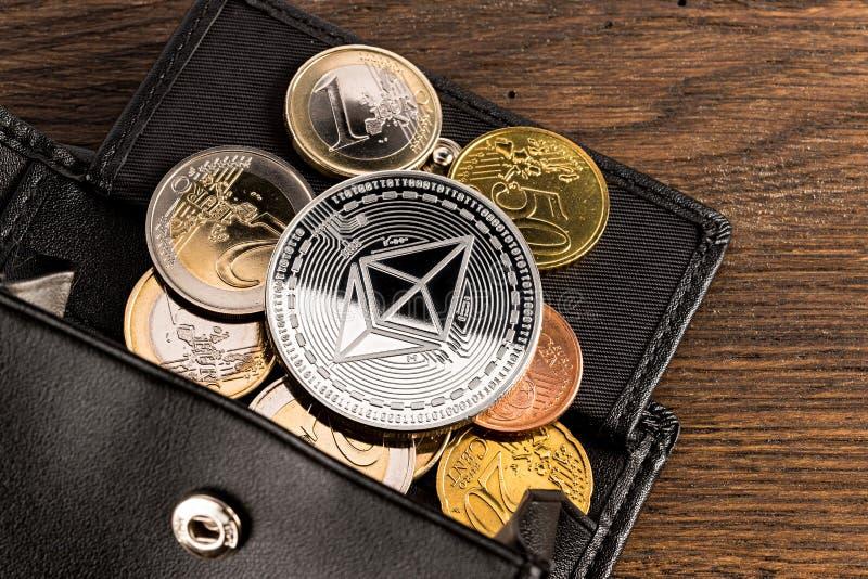 Crypto van het de portefeuilleconcept van muntethereum de euro houten achtergrond stock foto's