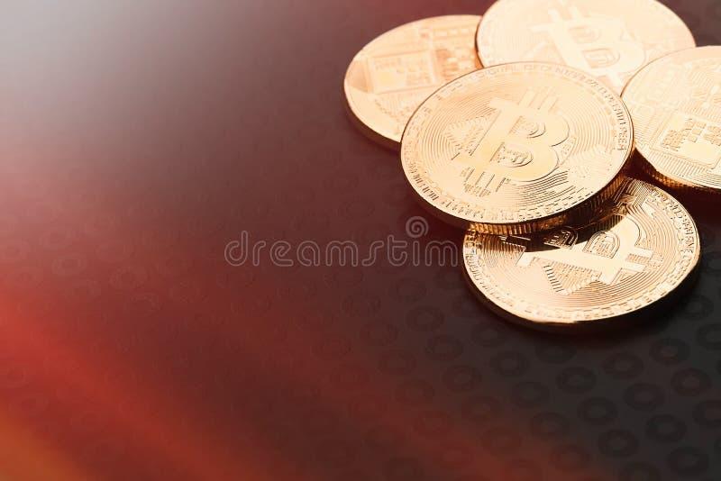 Crypto waluta Bitcoin, BTC, kawałek moneta Bitcoin monety na czarnym tle, górniczy blockchain technologii pojęcie obraz royalty free