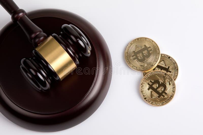 Crypto waluta, złoty bitcoin z drewnianym sędziego młoteczkiem na białym tle obraz stock