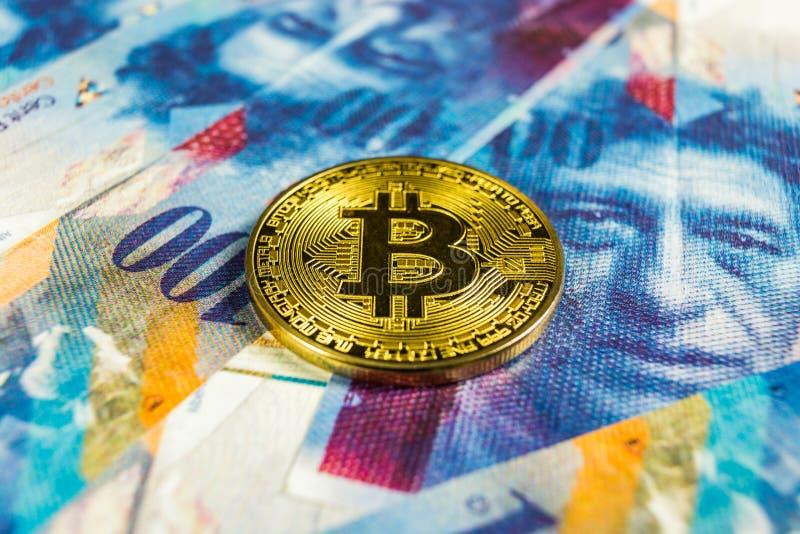 Crypto waluty pojęcie - Bitcoin z frank szwajcarski walutą, Szwajcaria fotografia royalty free