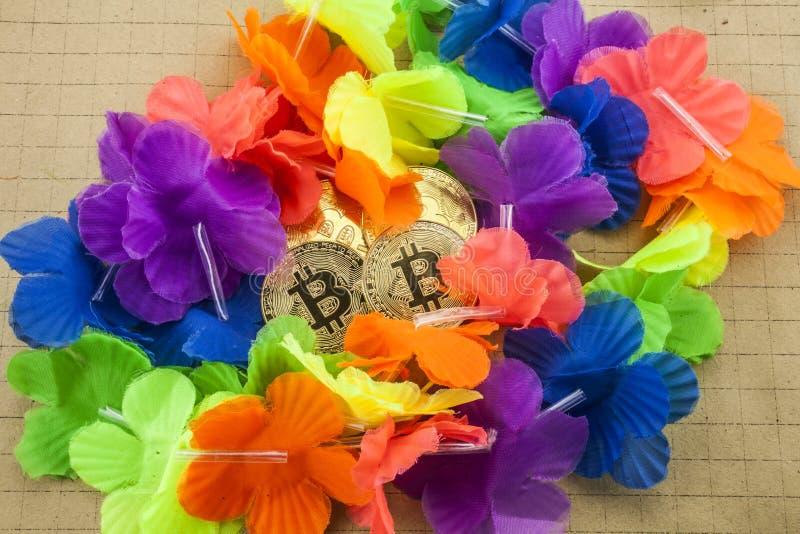 cryptocurrency物理金黄bitcoin硬币照片在五颜六色的背景的 免版税库存照片