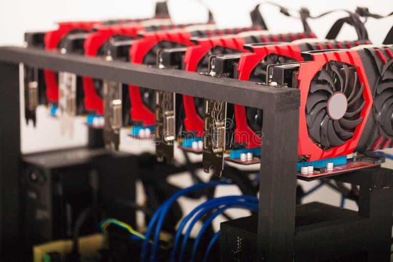 Cryptocurrency背景采矿船具,关闭列阵GPU 库存图片