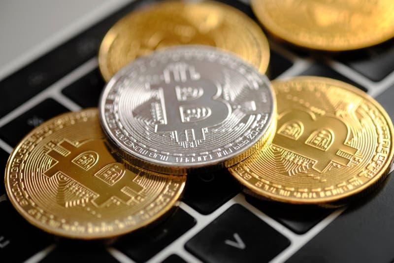 Cryptocurrency金黄和银币- Bitcoin r 免版税库存照片