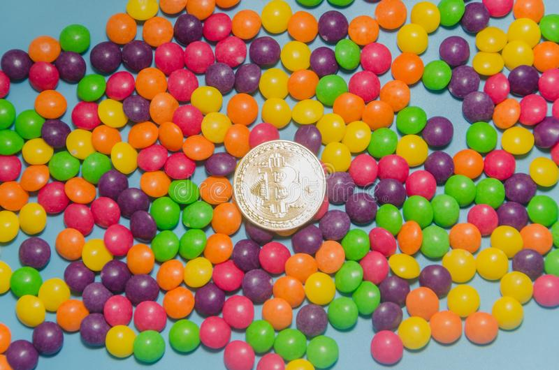 Cryptocurrency金bitcoin在糖果,焦糖说谎 免版税图库摄影