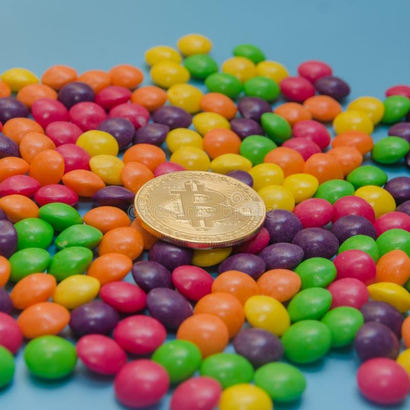 Cryptocurrency金bitcoin在糖果,焦糖说谎 库存照片