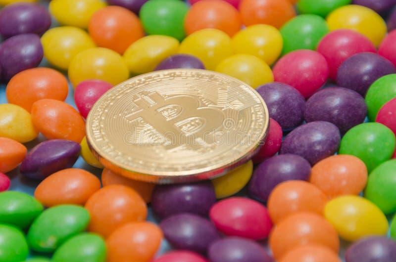Cryptocurrency金bitcoin在糖果,焦糖说谎 免版税库存图片