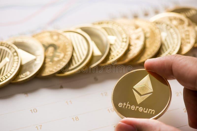 Cryptocurrency χρυσό Bitcoin, Litecoin, νόμισμα Ethereum στο calenda στοκ φωτογραφία με δικαίωμα ελεύθερης χρήσης