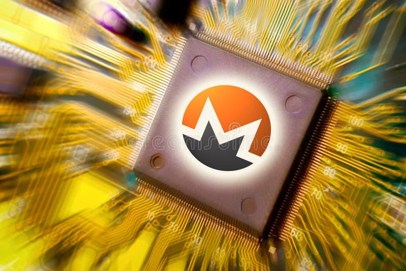 Cryptocurrency и blockchain - финансовые деньги технологии и интернета - минирование монтажной платы и монетка Monero XMR стоковые изображения rf