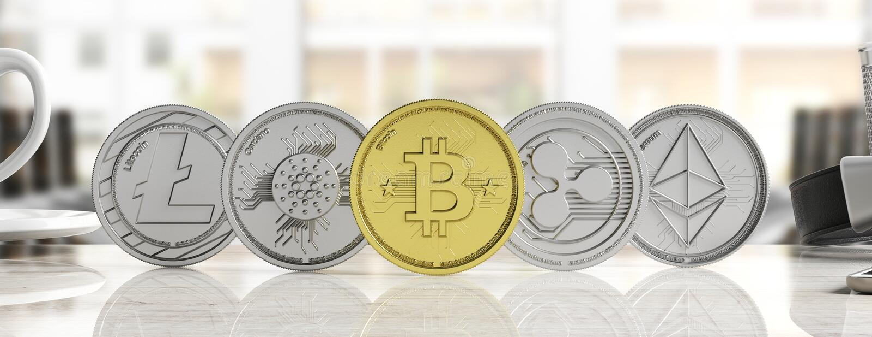 Cryptocurrency 银色真正硬币金黄bitcoin和品种在迷离背景,横幅,正面图的 3d例证 皇族释放例证