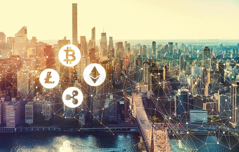 Cryptocurrency avec l'horizon de New York City photo stock