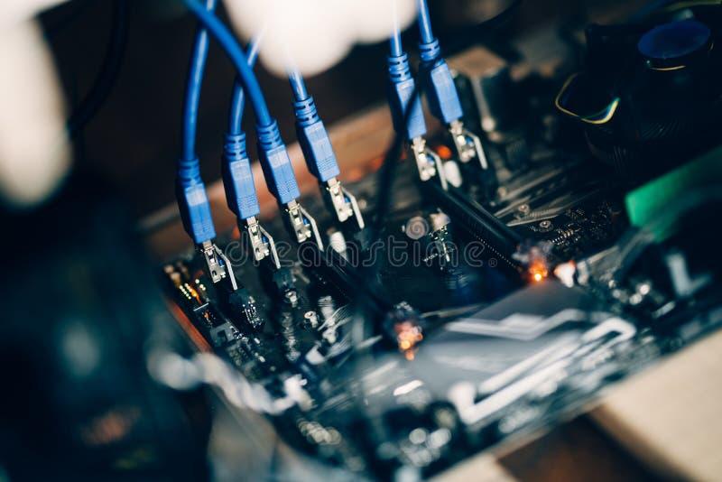 Cryptocurrency-Bergbauanlage, Details des Computermotherboards und der Kabel, Grafikkarte und Prozessor lizenzfreies stockfoto
