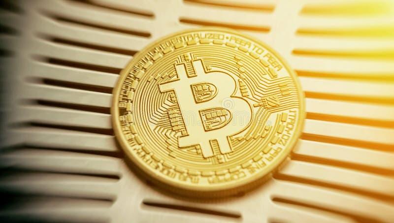 Cryptocurrency Bitcoin物理金子 背景概念图象货币白色 免版税库存照片