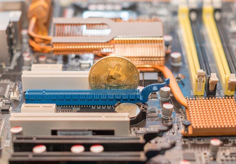 Cryptocurrency Bitcoin на материнской плате компьютера Cryptomoney BTC стоковое изображение
