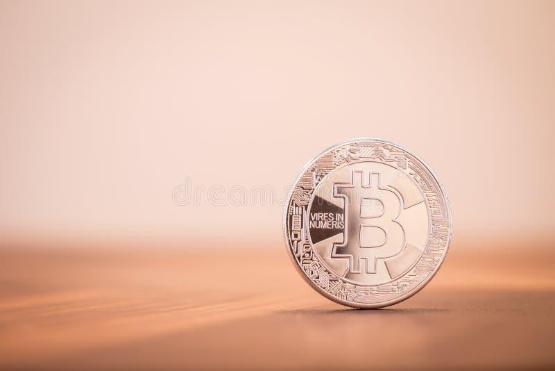 Cryptocurrency Bitcoin argenté électronique avec le PS de copie de fond photo libre de droits