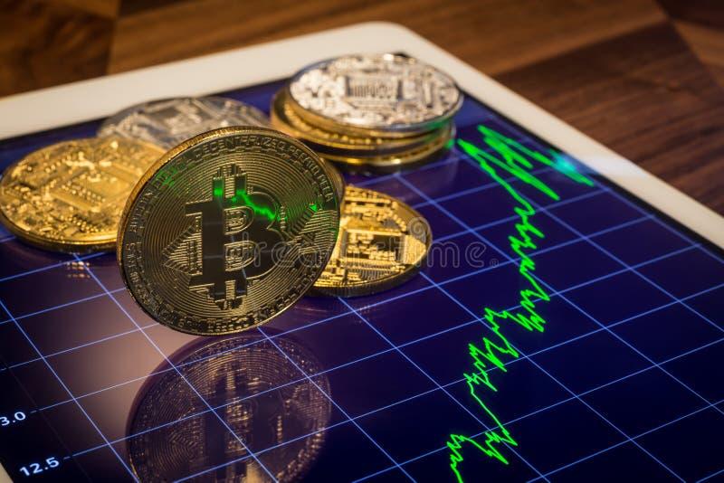 Cryptocurrency Bitcoin avec le graphique vert du marché des prix photos stock