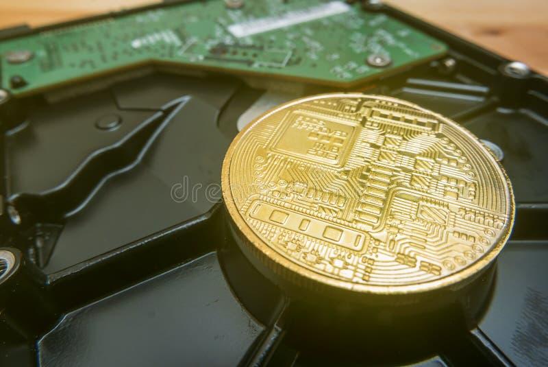 Cryptocurrency Bitcoin d'or sur le lecteur de disque dur photographie stock
