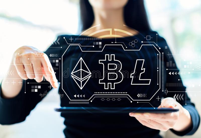 Cryptocurrency - Bitcoin, Ethereum, Litecoin avec la femme à l'aide du comprimé photographie stock libre de droits