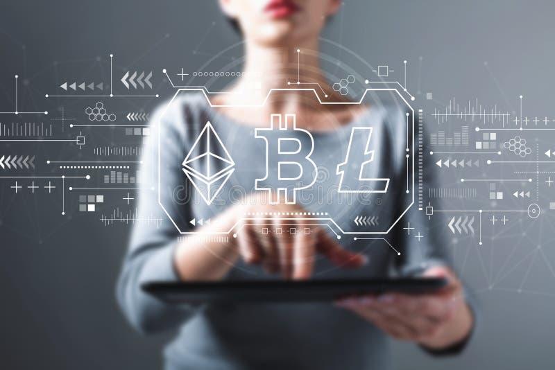 Cryptocurrency - Bitcoin, Ethereum, Litecoin med kvinnan som använder en minnestavla royaltyfri fotografi