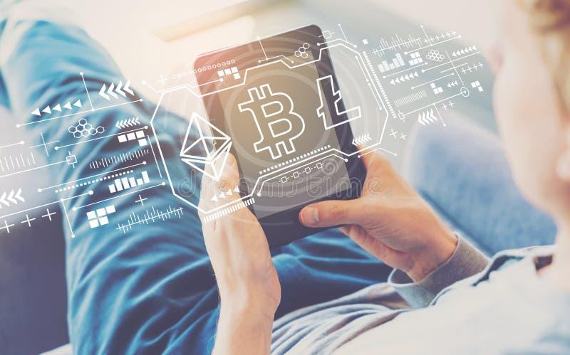 Cryptocurrency - Bitcoin, Ethereum, Litecoin met de mens die een tablet gebruiken royalty-vrije stock afbeeldingen