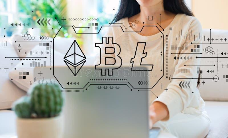 Cryptocurrency - Bitcoin, Ethereum, Litecoin met vrouw die haar laptop met behulp van royalty-vrije stock foto's