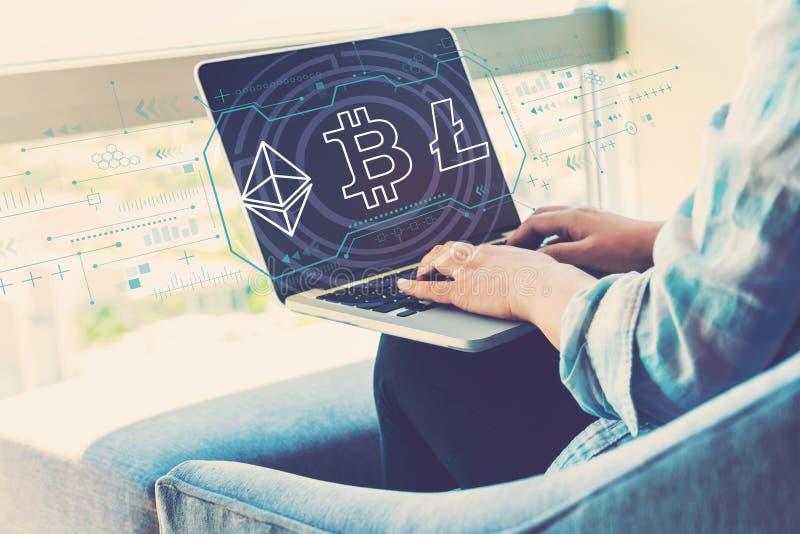 Cryptocurrency - Bitcoin, Ethereum, Litecoin met vrouw die laptop met behulp van royalty-vrije stock fotografie