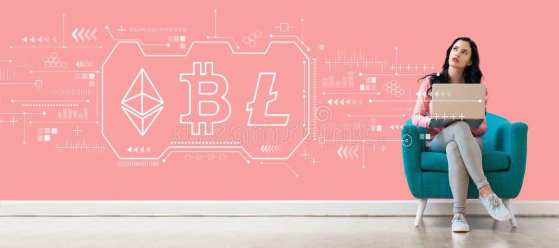 Cryptocurrency - Bitcoin, Ethereum, Litecoin met vrouw die laptop met behulp van royalty-vrije stock foto's