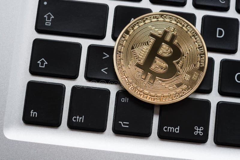 Cryptocurrency Bitcoin moneta na komputerowej laptop klawiaturze zdjęcia stock